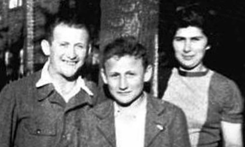Menachem 'Moniek' Lipszyc with his siblings in April of 1945