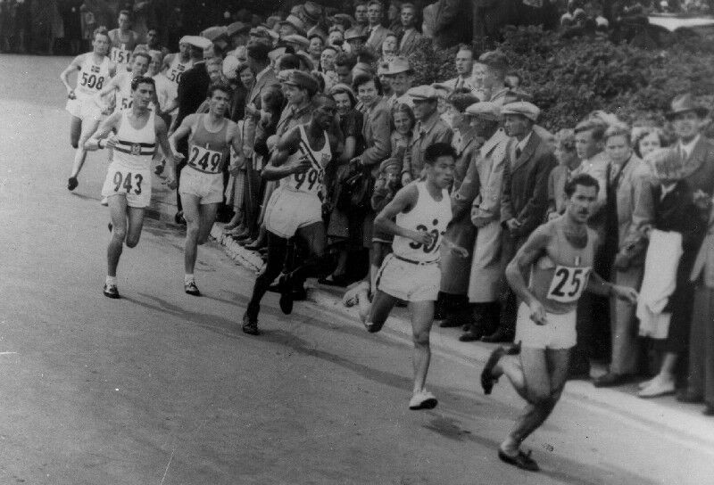 Black and white photo of runners as 1952 Olympics