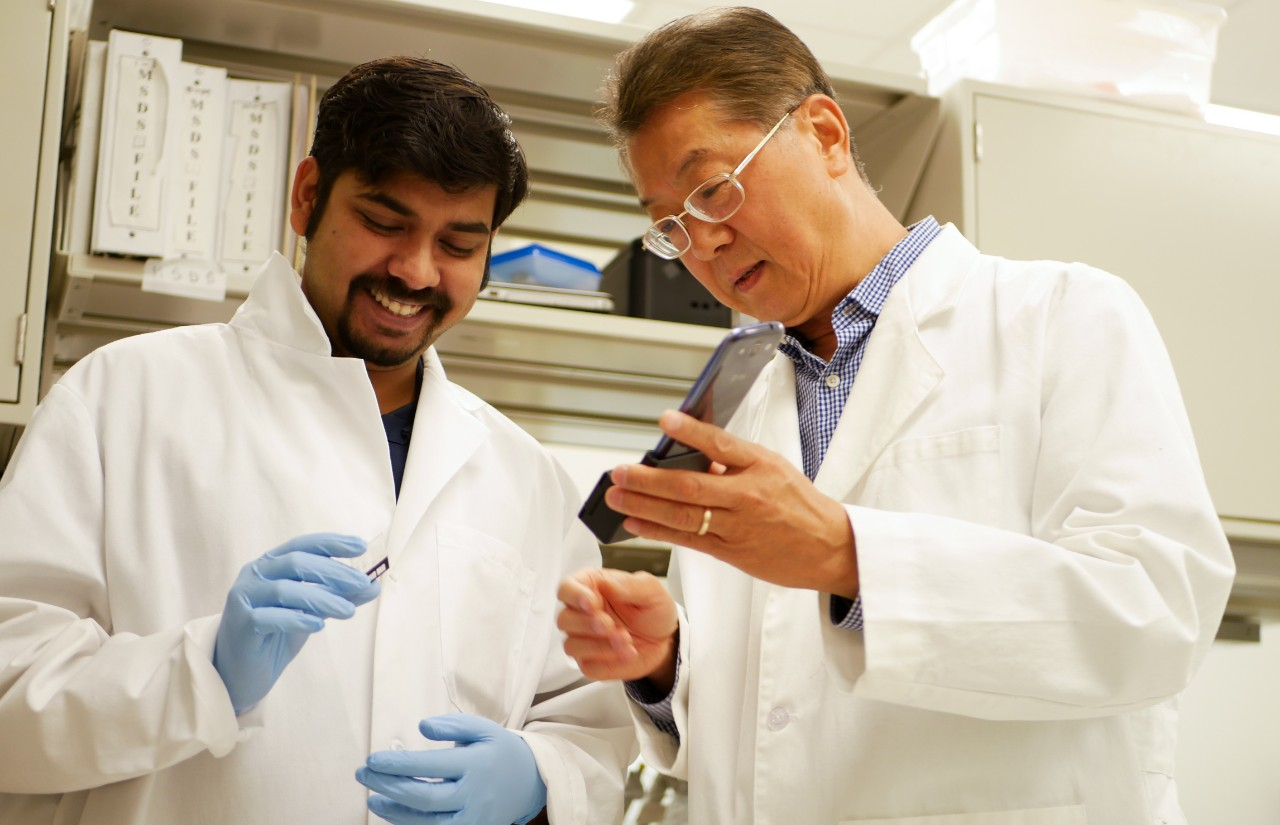 Ahn with a student in the lab