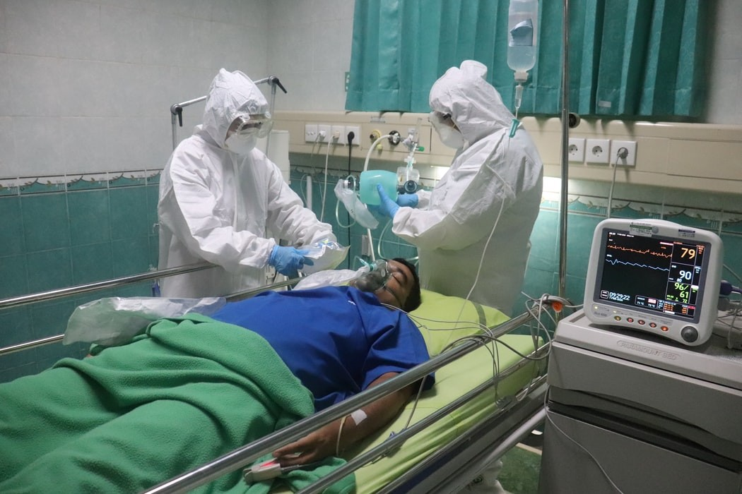 scene of two medical professionals with a simulated COVID patient